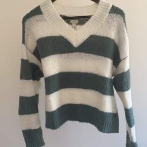 Superfin randig stickad tröja i grön & vit. Tröjan är från Pull&bear och är endast använt ett fåtal gånger.
