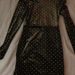 En jättefin sammetsklänning ifrån hm, i strlk m. Är i jättebraskick, endast använd 1 gång. Skriv privat för fler bilder och evt frågor:))Den har lite puffärmar.