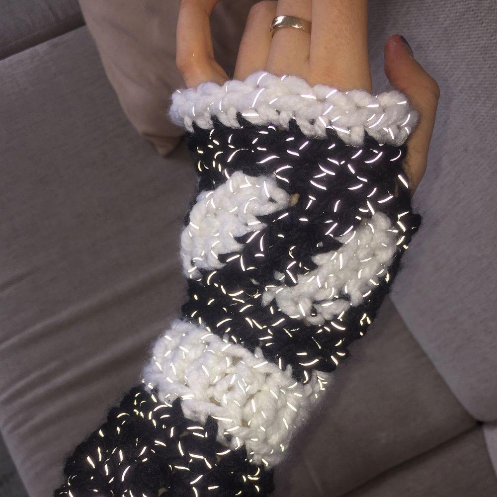 Super varma och söta svartvita handskar med reflexgarn. Blixten på första och tredje bilden får reflexen vantarna att se lite glittriga ut! . Accessoarer.