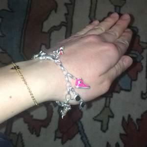 Säljer detta Thomas Sabo armband, 17 cm. Armband + Alla berlocker 1000kr. Alla berlocker kostar totalt 1430kr på min plick. Bara armbandet kostar 200kr