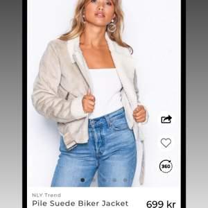 """""""Pile Suede Biker Jacket"""" beige vårjacka från Nelly köpt för 699kr. Slutsåld på deras hemsida."""