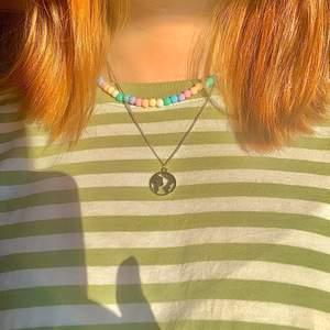 𓃰Earth necklace𓃰Pärlhalsband i pastell𓃰 Köp båda och få rabatt! Halsbandet med jorden har en kedja i äkta silver☼ Jag säljer handgjorda smycken, kolla gärna in mina andra annonser♡ bl.a. Påsk-,Harry Potter- och Ge bort-smycken