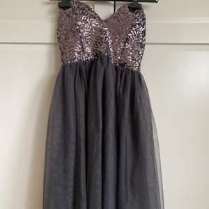 Säljer denna super fina klänningen i strl 34, den sitter väldigt smickrande på och har jätte fina detaljer. Den har bara blivit använd någon enstaka gång.