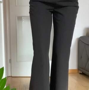 Kostymbyxor från NA-KD med högmidja och en otroligt fin passform. Köpte dessa för 499 och har använt de vid ett tillfälle, säljer då jag har ett par liknande 😊