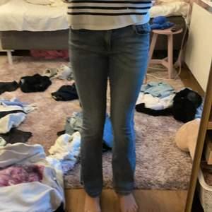 Super fina blå bottcut jeans dom är mid Rise och från zara dom har en super fin blå grå färg💕 köpte för 399 jätte stretchig material