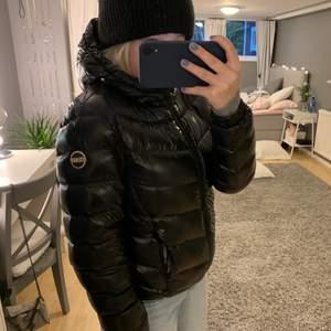 Säljer nu min jättefina colmar jacka. Den är svart och glansig i fint skick, perfekta vinterjackan! Den är i storlek 40 i Italiensk storlek vilket motsvarar 34/36 eller en S. 💕 skriv privat för fler bilder eller vid intresse! Nypris ca 5500. BUD: 3100kr, köp direkt 3500kr