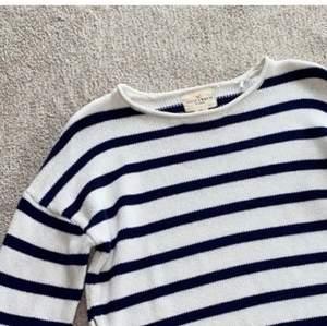 Superfin randig stickad tröja i nyskick! Trendigt med randigt nu! Vit och marinblå😍 är lite osäker på fraktpriset så hör av dig för mer exakt info