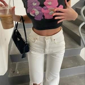 Vita trendiga jeans från Pull&Bear. Använda ca 2 gånger så som i nyskick. Jag är 180 cm lång och de går till precis till golvet på mig när jag inte har skor, så väldigt långa och bra passform också! 💕