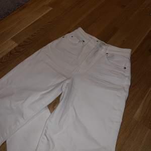Snygga vita jeans från gina tricot! Endast andvända en gång, säljer pga inte min stil. Dom har inga defekter och är så gott som nya. Nypris:600kr säljer för 350+frakt💕 skriv till mig om ni har fler frågor<3