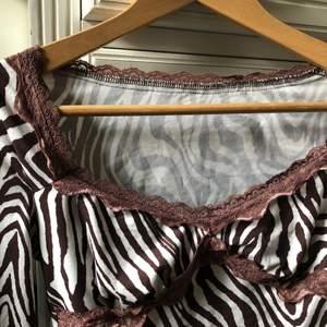 långärmad vit och brun mönstrad tröja med spetsdetaljer i bra skick. storlek XS / 34  kan passa s. kan frakta!