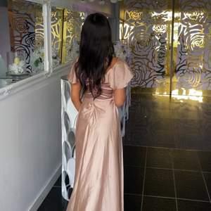 Använd en gång under ett bröllop, satin ljusrosa. Storlek 34