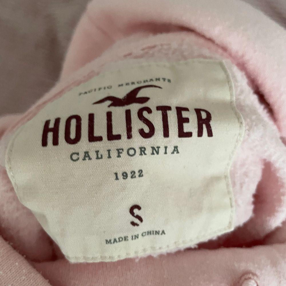 Säljer min fina rosa hollister hoddie för att den inte kommer till användning. Säljer den för 60kr + frakt ( Hollister har stängt ner alla deras butiker ) Storlek S . Huvtröjor & Träningströjor.
