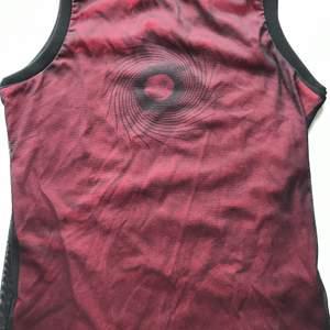 Rött linne med coolt svart tryck