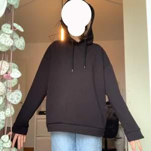 Enkel svart stradivarius hoodie i storlek S.