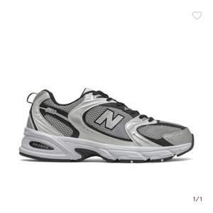 Super snygga new balance som tyvärr inte kommer till använding. Har endast andvänts nåra få gånger vilket inte syns på skorna. Super duper sköna också!! Ny pris 1200kr. Pris går att diskutera privat❤️storlek 41,5 men passar mig som ursprungligen har 39/40 i skor