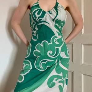 Superfin klänning!! Önskar jag kunde ha kvar men den är lite för liten för mig. Superfin modell och färg! Fraktas endast, frakt kostar 63kr🤍🤍 skriv för frågor. ( inte min bild)