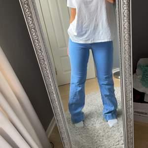 Super snygga ljusblåa jeans från & other stories i storlek 34. Stretchiga så passar även en 36a. Långa på mig som är 1.60 ungefär så skulle säga de passar upp till någon strax över 1.70 typ kanske lite längre💕💫
