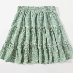 Säljer denna gröna kjol då jag redan har en liknande. Den är grönare i verkligheten än vad den är på bild 2 och 3. Endast prövad och därför i mycket bra skick. Har inte möjligheten att ta bättre bilder just nu men jag gör det snart. Köparen står för frakt. Kontakta mig vid intresse <3
