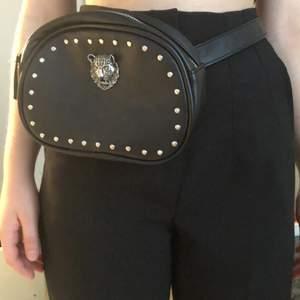 Svart väska som ska hänga som ett bälte. Använd 1 gång. Ganska bra material och har inga fläckar.              Säljer för 100kr + frakt.