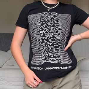 Säljer denna tröja med tryck av joy division, storleken är Small❤️