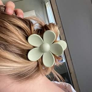 Grönt hårspänne