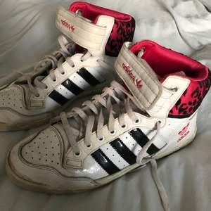 Funderar på att sälja dessa as coola skor från adidas!!! Det är en gammal modell som inte går att få tag i längre från 90 talet därav priset, jag som har storlek 38 vanligtvis får på mig dom❤️