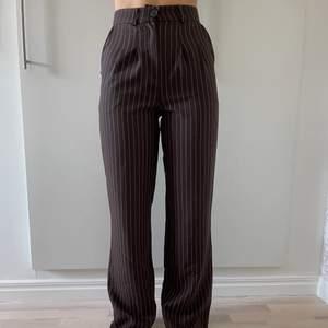 Oanvända kostymbyxor från Urban Outfitters i storlek XS. Färg: Bruna med ränder (Förgen gör sig bäst på mittenbilden). Nypris: 550