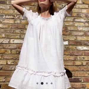 En jättevacker klänning från &stories i en vacker vit och rosa färg. Den är aldrig använd då jag inte fått användning av den. I storlek S och är verkligen en riktig drömklänning.