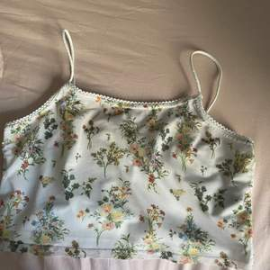 Somrigt linne med blommor i strlk M men passar också S. Från Urban, frakt 22kr, säljer åt en kompis