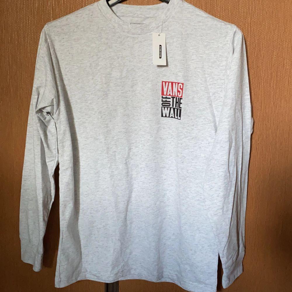 Helt ny Vans longsleeve säljes pga felköp. Köpare betalar frakt . T-shirts.