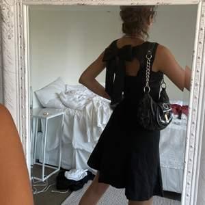 Väldigt gullig och elegant svart klänning från ralph lauren , mycket bekväm. Aldrig använd. 3 för 2 på allt jag säljer😊😊