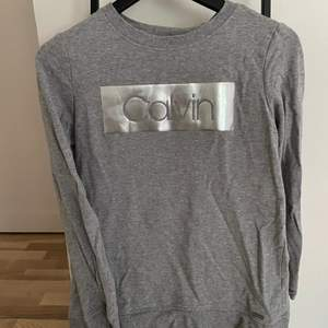 En helt oanvänd Calvin Klein tröja som jag fick för ett tag  sedan men de var lite stor. De är cs men skulle säga att de mer är s-m. Skriv till mig privat vad ni kan lägga för bud❤️