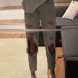 Fina Hollister jeans som inte finns kvar att köpa, fint skick, strl: waist 24, Leigh 27, Lite små på mig som brukar ha strl 34/36, jag är 167 och dem sitter bra i längden, Nästan nyskick, säljer för att dem är försmå och inte kommer till användning, köptes för 850kr och startbudet ligger på 480kr💕 Kolla gärna in mina andra annonser