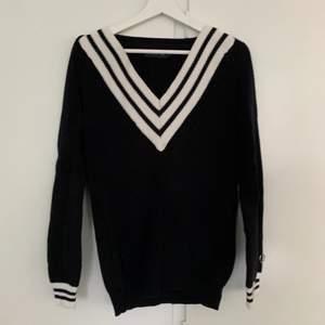 Oversized stickad tröja från Stockhlm i strl S. Perfekt att ha en lite blåsigare sommarkväll eller ute på båten.