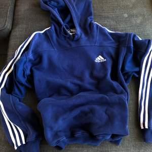 Säljer min favorit mörkblåa adidas oversized hoodie. Mjukt material och är ej utsliten. Säljer pga att jag har en nyare modell av denna hoodie. Köpt för 400kr säljer för 100kr. Frakt ingår ej.  Kom privat för fler frågor eller bilder! ❤️