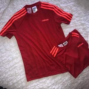 Säljer två tränings t-shirt från adidas, aldrig använda. Båda är i strl 152.  50 kr/st