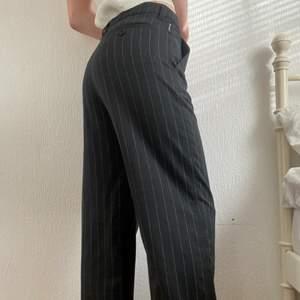 Såå snygga kostymbyxor med ränder från designermärken att George Armani. Passar mig som är 170 och brukar ha storlek s. Frakt tillkommer