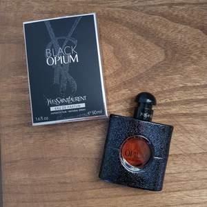 Yves Saint Laurent Black Opium parfym 50ml, bara använt en liten mängd 2-3gånger. Nypris 729kr