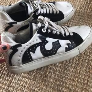 Använda begagnade skor, men kan fortfarande användas ett tag till! Ny pris cirka 3000kr. Passar både 38-39