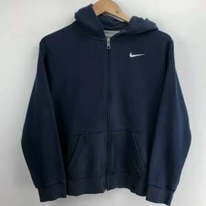 Intressekoll på denna snygga Nike zip hoodie. I relativt bra skick och storlek XS/S dam skulle jag säga.