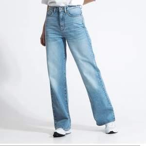 Säljer dessa snygga jeansen. Kommer dock aldrig till användning o har endast använt 3 gånger💞köptes för 300 och säljs för 100 + frakt❤️
