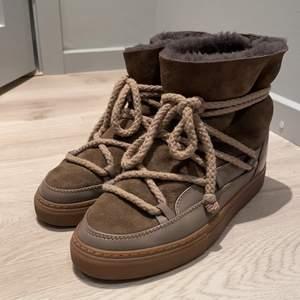 Säljer mina fina inuikii skor i modellen sneaker som är i nyskick!💕 storlek 39, men passar 38 oxå då jag vanligtvis har det i skor. Skriv om ni vill ha fler bilder och bilder med skorna på!🌟. Nypris: 2600
