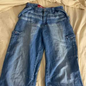 Säljer dessa baggy jeans jag nyss fick hem pga strl! Jätte coola och e ngt step för långa föe mig som är 160 vet tyvärr ej strl men de brors på hur man vill ha dem