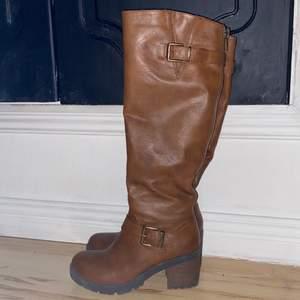 Bruna fake läder kängor/klackar. Väldigt bekväma, storlek 38. Dm för fler bilder vid intresse ✅👢🍂