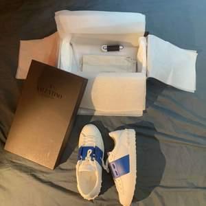 Säljer mina helt nya valentino skor som ej passar mig och därför vill köpa nya. Alla äktenhetsbevis finns och dom har endast används typ 1 gång. Köpta för 5000 säljer för 3500!