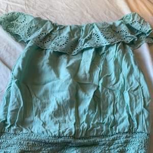 Turkos tröja som går att dra ner axlarna på. Fina mönster även resorband längst ner. Köparen betalar för frakt. Tvättar såklart innan frakt.
