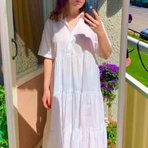 Supergullig vit klänning från Monki! Använd endast 2 gånger! Luftig och skön nu på sommaren! Fin att styla med hårband, smycken eller andra accessoarer!