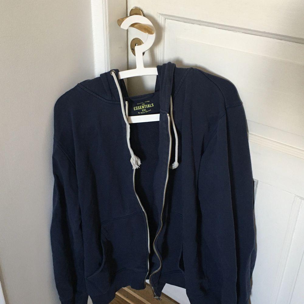 Cool blå tröja köpt second hand i Finland. Jättefin över mindre toppar och linnen. Passar de flesta storlekar beroende på önskad passform. . Huvtröjor & Träningströjor.