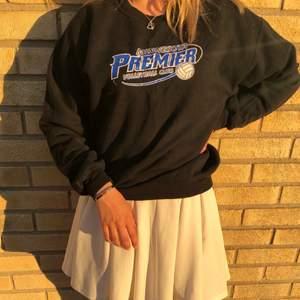 Hej! Säljer denna sjukt fina sweatshirten i asbra skick🔥 modellen på bilden har M och sitter bra på henne men funkar bra för S, möts eller fraktas📦 PM för mer info