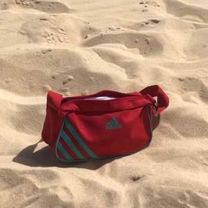 Sötaste adidas väskan! Har tyvärr en liten fläck (se bild 2), men det är inget som direkt syns. Perfekt nu till sommaren!❤️
